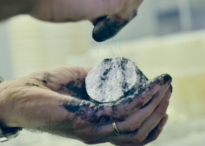 posant carbó vegetal als formatges